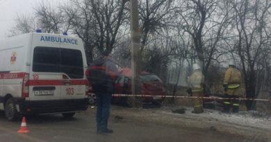 На Евпаторийском шоссе иномарка разбилась о столб