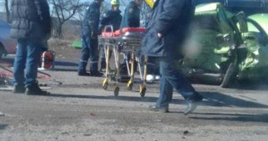 На въезде в Симферополь легковушку смяло после столкновения с микроавтобусом