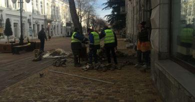 Плитка в центре Симферополя вновь «сползла» и местами рассыпалась