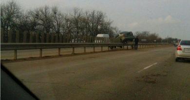 В Симферополе одна иномарка «кувыркнулась» с дороги, а вторая повисла на ограждении