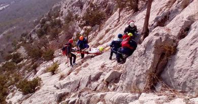 В Ялте спасатели эвакуировали альпинистку, сорвавшуюся с 20-метровой высоты