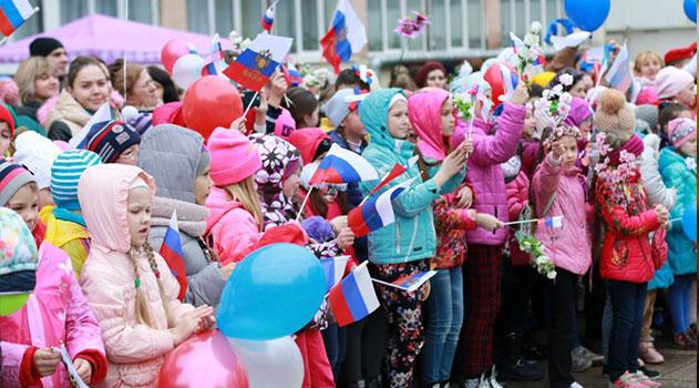 1,5 тысячи детей собрались в центре Симферополя с триколорами и воздушными шарами