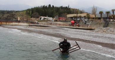 """Что """"прячут"""" крымские пляжи: водолазы МЧС начали чистить морское дно и рассказали о первых находках"""