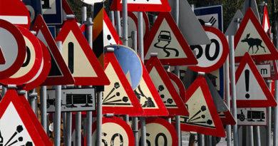 С начала года на дорогах Крыма установили почти 1400 новых дорожных знака и около 2 км ограждений