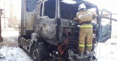 В Симферополе сгорел грузовик. Водитель госпитализирован