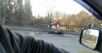 Возле ж/д вокзала Симферополя столкнулись авто и мотоцикл