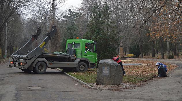 Администрация Симферополя круглосуточно работает над санитарной очисткой города в условиях острого дефицита мусороуборочной техники – Бахарев