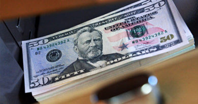 Крымский таможенник попался на долларовой взятке