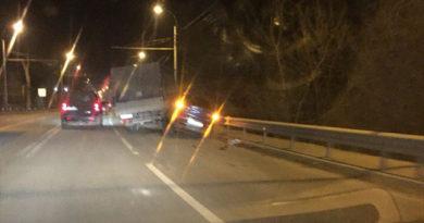 На трассе под Симферополем не разминулись грузовик и легковушка