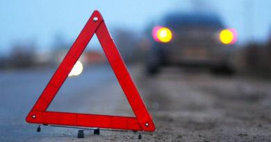 В Крыму иномарка слетела в кювет и врезалась в дерево: погиб водитель