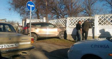 В Симферополе внедорожник проломил бетонный забор