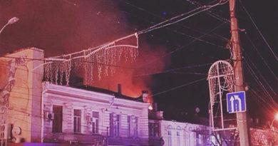 В центре Симферополе горит здание