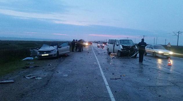 На скользкой дороге в Крыму столкнулись иномарка и микроавтобус: погибли двое