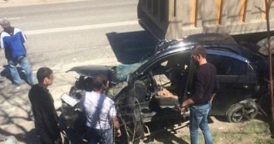 При столкновении иномарки с самосвалом на крымской трассе погиб человек