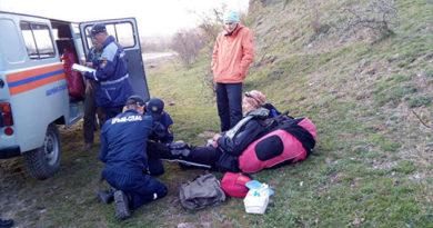 В Алуште спасатели спустили с горы травмировавшегося парапланериста