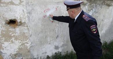 В Джанкое полицейские закрасили рекламу наркотиков на стенах