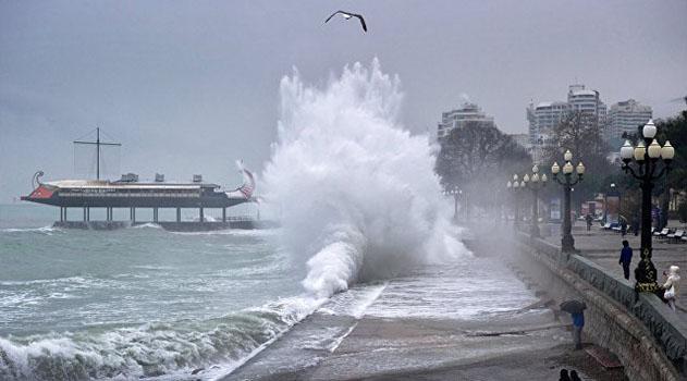 В Крыму объявлено штормовое предупреждение: ожидается сильный дождь и ветер