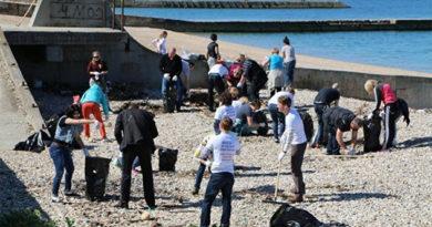В Любимовке в рамках Всекрымского субботника с пляжа вывезли 300 мешков мусора