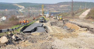 С разрушенного оползнем участка трассы Севастополь-Симферополь сняли весь асфальт