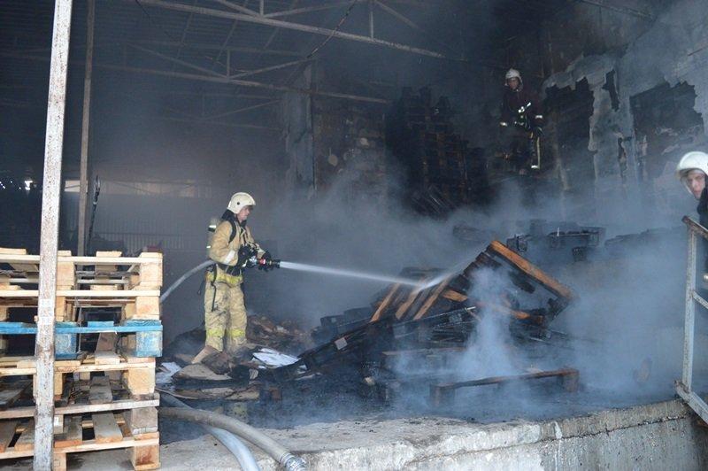 В Севастополе рано утром загорелся торговый центр
