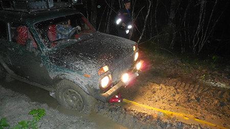 В крымском лесу туристы на авто застряли в грязи. Без помощи спасателей не обошлось