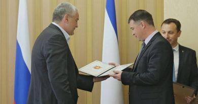 Аксёнов вручил грамоты и благодарности членам антитеррористической комиссии в Крыму