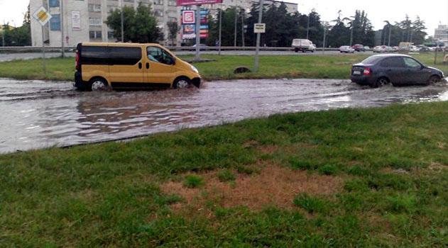 """Из-за разгула стихии в Симферополе объявили штормовое: часть города уже """"тонет"""""""