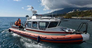 Первый пошел: сотрудники МЧС спасли пловца, оказавшегося слишком далеко от берега
