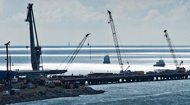 Строители начали монтировать первые блоки арки моста в Крым