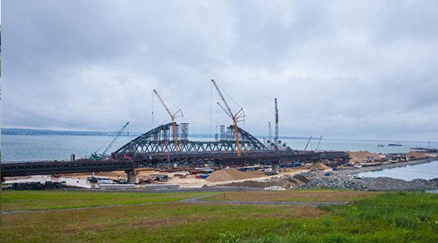 Строители раскрыли детали морской операции по установке арок моста в Крым на фарватер