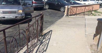 В Бахчисарае автомобилисты срезали замки с забора, ограждающего парк, чтобы устроить бесплатную парковку