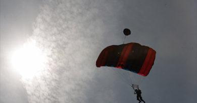 В Крыму москвичка-экстремалка зацепилась парашютом за скалу