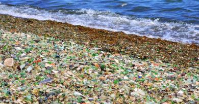 В Крыму пляжи очищают от ржавого железа и битого стекла