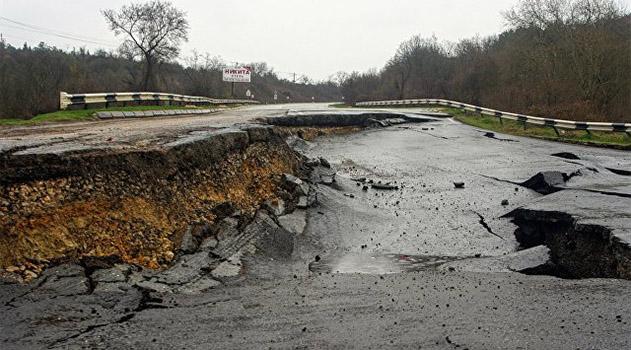 В Севастополе планируют завершить восстановление разрушенной оползнем трассы за два месяца