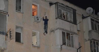 В Севастополе спасли мужчину, который застрял между этажами многоэтакжи