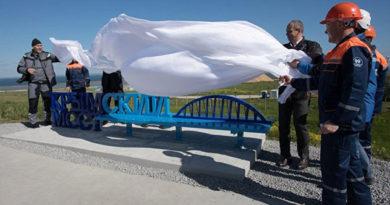 В Тамани установили скамью с видом на строящийся Крымский мост