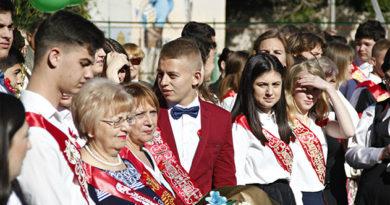 В школах Крыма и Севастополя прозвенели последние звонки
