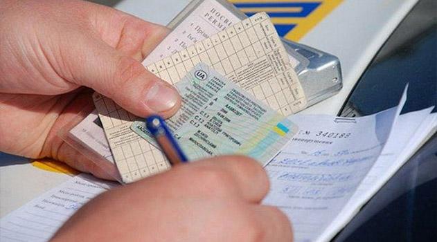 Водителям с украинскими удостоверениями в Крыму дадут еще год для замены документов