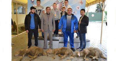Ялтинский спортсмен подарил выигранного барашка детям