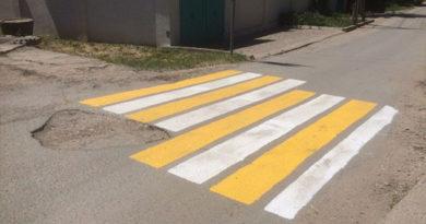 Яма помешала крымским дорожникам правильно нанести разметку