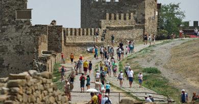 Черняк рассказал, сколько туристов в этом году сможет принять Крым