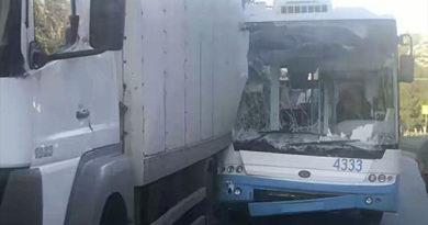 В Крыму столкнулись троллейбус и грузовик: пострадали пенсионер и подросток