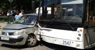 В Симферополе Renault протаранил троллейбус