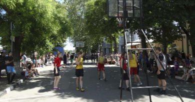 http://krimsegodnya.ru/sport/turnir-po-basketbolu-3h3-ko-dnyu-simferopolya-sobral-v-stolitse-kryma-uchastnikov-iz-raznyh-regionov-poluostrova.html