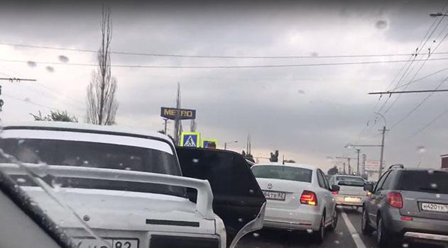 Евпаторийское шоссе стоит из-за ДТП с 4 машинами