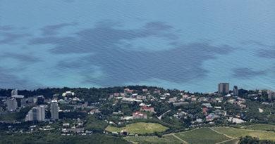 Моряков, спасенных с затонувшего у берегов Крыма сухогруза доставят в Ялту