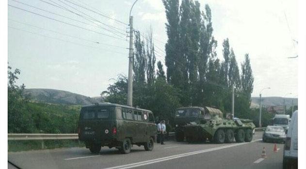 На трассе Симферополь-Алушта столкнулись военный КамАЗ и БТР: движение затруднено