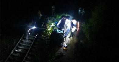 В Почтовом иномарка улетела с моста под электричку