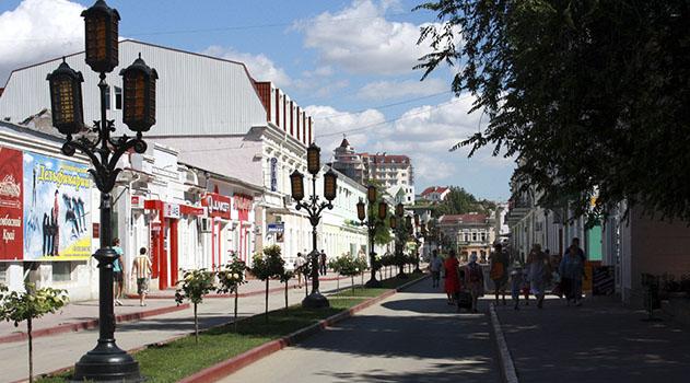 kommunalshhiki-v-feodosii-obeshhayut-tshhatelnee-ubirat-turisticheskie-ulitsy