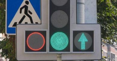 """В Симферополе до сих пор не заменили """"зеленые стрелки"""" на светофорах – ГИБДД"""